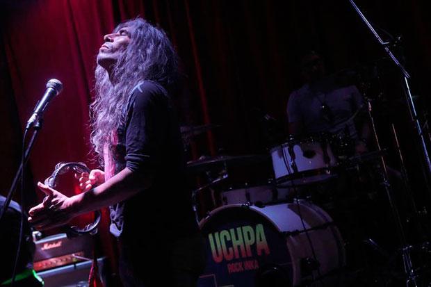 Fotografía tomada el 29 de marzo del 2019 al vocalista del grupo musical Uchpa, Fredy Ortiz, durante una prueba de sonido previa a un concierto en el Centro Cultural La Noche de la ciudad de Lima (Perú). © EFE