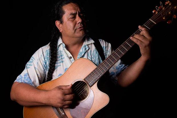 El rupturista artista de la Isla de Pascua, Manuto, fue registrado al tocar su guitarra, en Hanga Roa, en la Isla de Pascua (Chile). © EFE