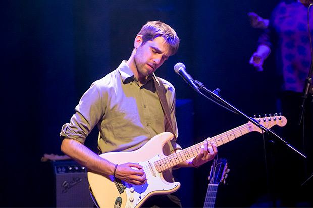 Pau Figueres, productor, arreglista, guitarrista y director de la banda que acompaña a Judit Neddermann. © Xavier Pintanel