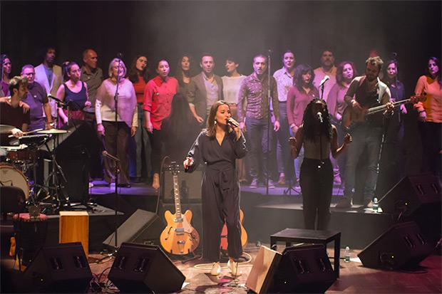 Judit Neddermann con elSoul Choir Barcelona. © Xavier Pintanel