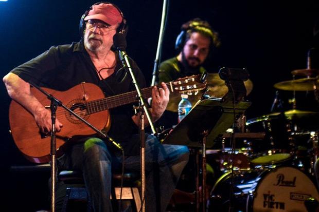 Silvio Rodríguez en su concierto 101 de la Gira por los Barrios, esta vez en homenaje a La Casa de las Américas. © ACN | Ariel Ley