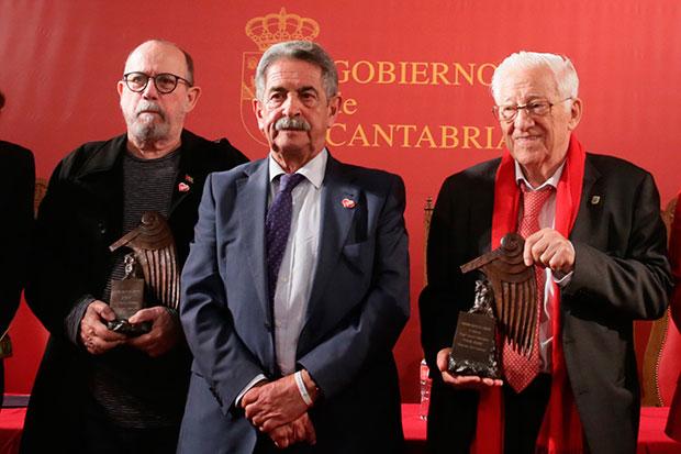 Silvio Rodríguez; Miguel Ángel Revilla, presidente de Cantabria; y Ángel García Rodríguez, el Padre Ángel. © Pepe Redondo