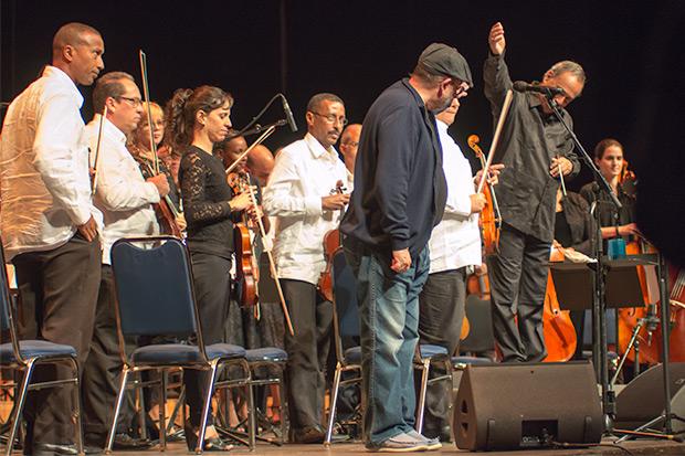 Silvio Rodríguez con Enrique Pérez Mesa y la Orquesta Sinfónica Nacional de Cuba. © Xavier Pintanel