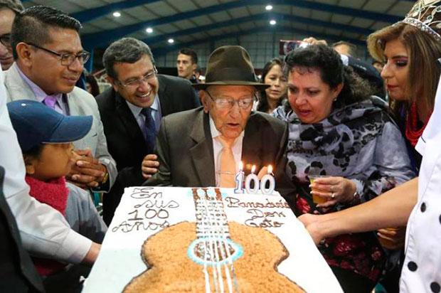 Nicolás Fiallos mientras sopla las velas durante la celebración de su 100 cumpleaños, en Quito (Ecuador). © Presidencia de Ecuador