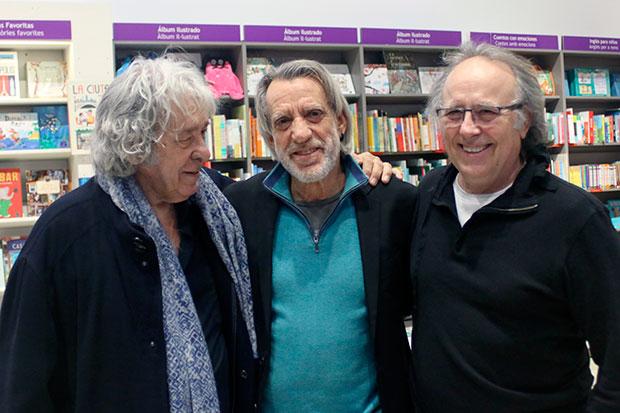 Luis Pastor flanqueado por Paco Ibáñez y Joan Manuel Serrat. © Xavier Pintanel