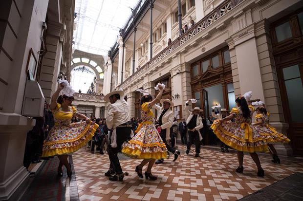 Un grupo de bailarines de cueca, el baile tradicional de Chile, realizan una actuación el pasado jueves 12 de septiembre en el marco de la celebración de las Fiestas Patrias del país sudamericano, en Santiago (Chile). © EFE/Alberto Valdés