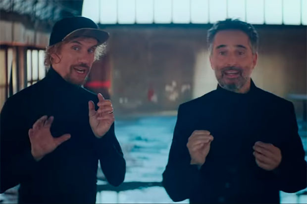 Macaco y Jorge Drexler en el videoclip de «Blue».