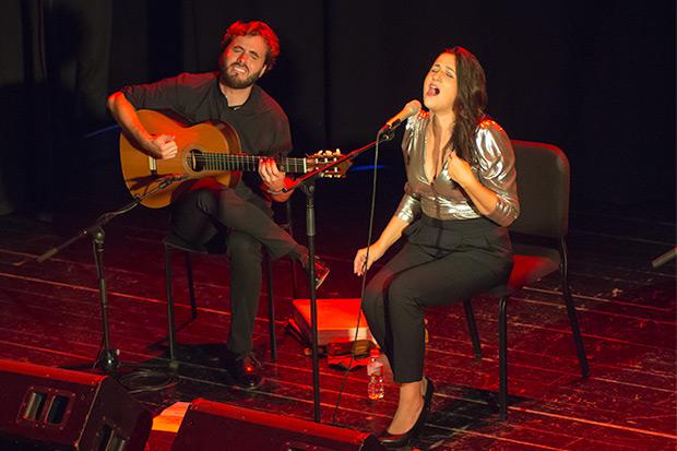 Alba Carmona con Jesús Guerrero interpretan «Alfonsina y el mar». © Xavier Pintanel