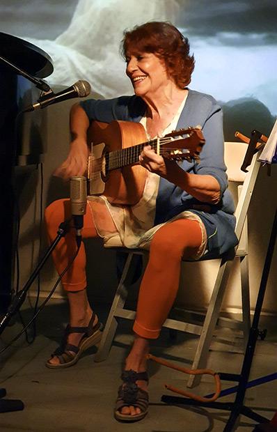Julia León en la presentación del disco y el libro «Que soy del aire» en Barcelona. © Xavier Pintanel