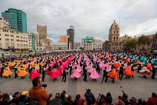 Cientos de jóvenes bolivianos fueron registrados este jueves al participar en un multitudinario baile de la cueca paceña, en La Paz (Bolivia). © EFE|Martín Alipaz