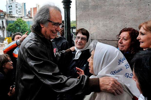 Joan Manuel Serrat con las Abuelas de la Plaza de Mayo en Argentina.