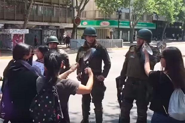 «Cacerolazo», una canción de Ana Tijoux para apoyar las protestas en Chile.