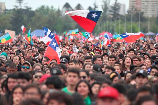 Ciudadanos acuden a un concierto por «El derecho de vivir en paz» en contra del Gobierno y los actos de violencia este domingo en el parque O'Higgins en Santiago (Chile). © EFE|Jose Caviedes