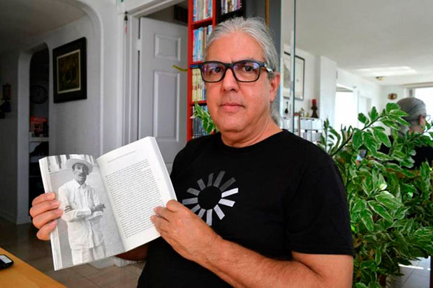El poeta y humorista cubano Ramón Fernández-Larrea muestra su libro «Kabiosiles. Los músicos de Cuba», durante una entrevista con Efe el 18 de noviembre en Miami, Florida. © EFE|Jorge I. Pérez
