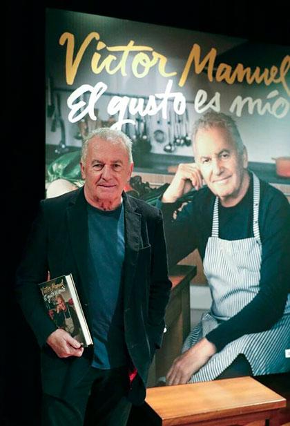 Víctor Manuel presenta en la Biblioteca Pérez de Ayala de Oviedo, su libro «El gusto es mío», que recorre la trayectoria del autor con el hilo conductor de sus platos preferidos. © EFE|J. L. Cereijido