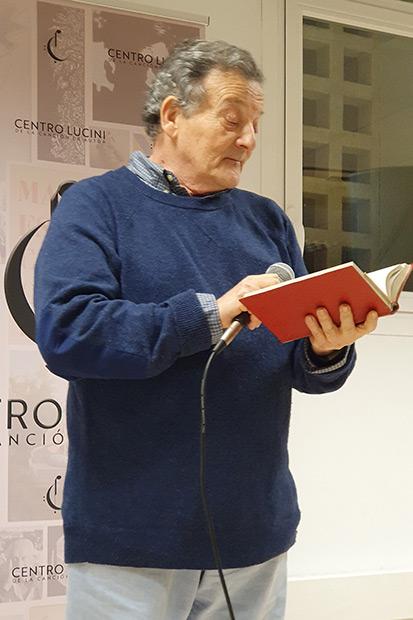 Fernando González Lucini sostiene el tomo de la de las obras completas de Miguel Hernández que Elisa Serna compró clandestinamente a plazos a principios de los setenta. © Xavier Pintanel