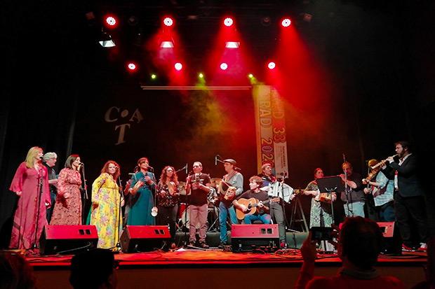 Foto final del concierto inaugural de la trigésimo tercera edición del Festival Folk Internacional Tradicionàrius. © Pol Ducable