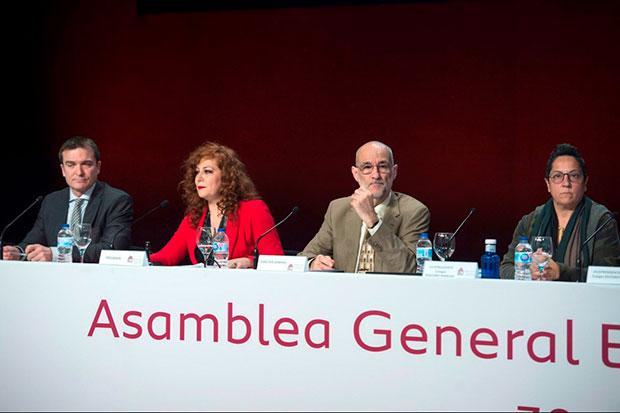 La presidenta de la SGAE, Pilar Jurado (2-d), y la vicepresidenta del Colegio de Pequeño Derecho de la SGAE, Inma Serrano (d), asisten a la jornada decisiva para el futuro de la Sociedad General de Autores (SGAE), este jueves en Madrid, en una asamblea en la que sus socios deben decidir, por tercera vez, si sacan adelante los nuevos estatutos propuestos Jurado, una reforma de la que depende también su readmisión en la confederación internacional Cisac. © EFE|Luca Piergiovanni