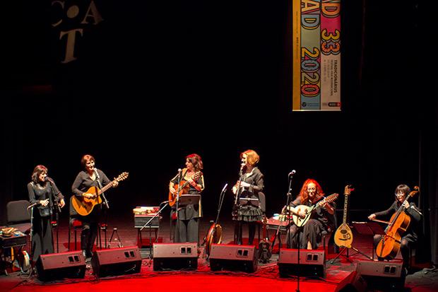 Sis veus en el festival Tradicionàrius. De izquierda a derecha: Patxi Ferrer, Eva Dénia, Lola Ledesma, Maria Amparo Hurtado, Maribel Crespo y Merxe Martínez. © Xavier Pintanel
