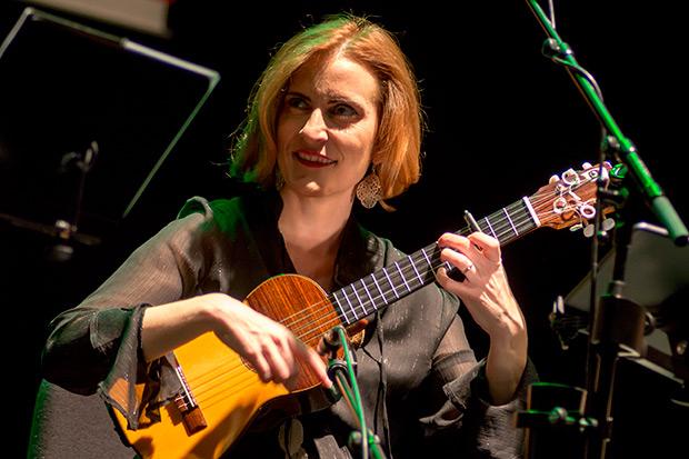 Maria Amparo Hurtado con el guitarró. © Xavier Pintanel