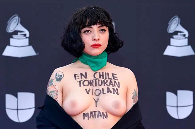 Mon Laferte en la ceremonia de entrega de los Grammy Latinos.