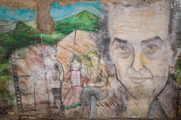 Fotografía del 15 de mayo del 2020 donde se observa una pared con un graffiti sobre Aquiles Nazoa, en Caracas (Venezuela). Quizás sean las capitales, puntos de encuentro que padecen todos los prejuicios y que pocos reclaman como propias, los lugares más difíciles de contar. © EFE|Miguel Gutiérrez