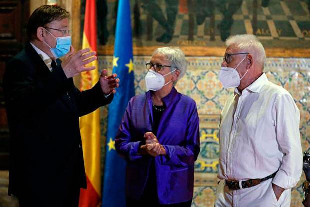 De izquierda a derecha: Ximo Puig, presidente de la Generalitat valenciana; Annalisa Corti y Raimon.