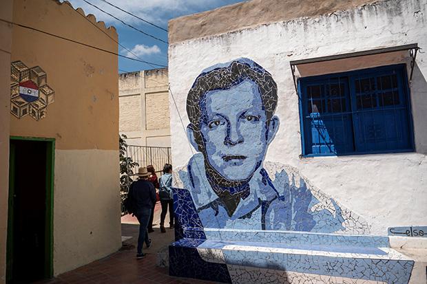 Mural que retrata al músico José Asunción Flores, creador de la guarania, en su casa natal del barrio La Chacarita en Asunción (Paraguay). © EFE Martín Crespo