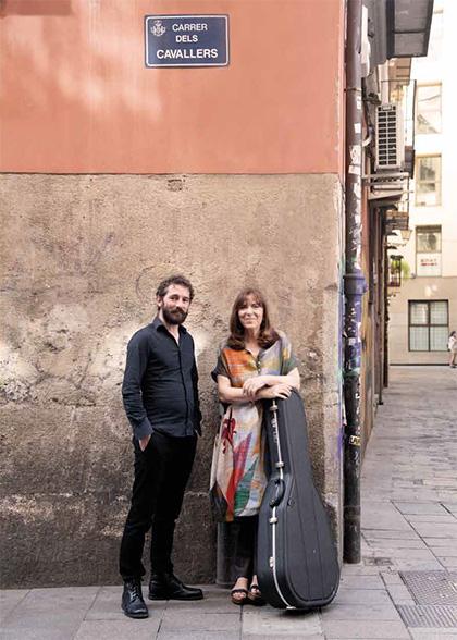 Maria del Mar Bonet y Borja Penalba en el «Carrer dels Cavallers», calle citada en su canción «Alenar», en una fotografía del interior del libreto de su nuevo disco. © Juan Miguel Morales