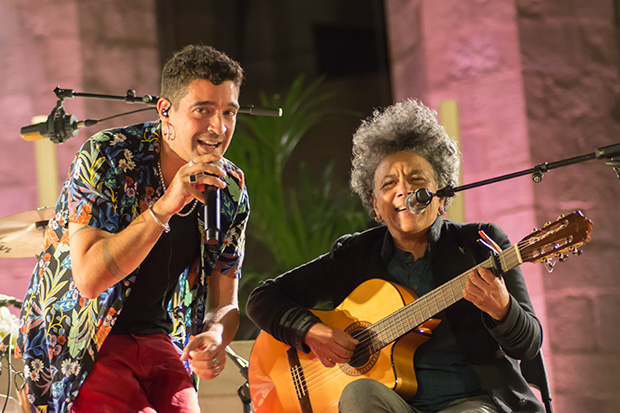 Muerdo invitó a la cubana Mane Ferret a cantar «Vente pa Barna». © Xavier Pintanel