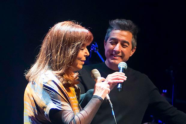 Juan Valderrama acompañó a Maria del Mar Bonet en «Podries» poema de Joana Raspall musicado por el madrileño. © Xavier Pintanel