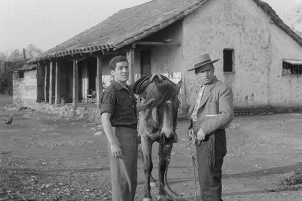 Fotograma de la película «Un viaje a Santiago» (1960) con Víctor Jara en un personaje secundario. © Cineteca Nacional