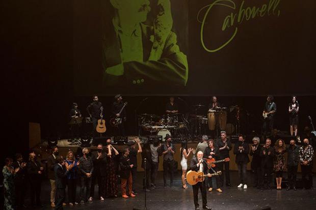 Los artistas participantes en el homenaje que el Gobierno de Aragón ha tributado al cantautor Joaquín Carbonell, fallecido en septiembre del año pasado a consecuencia de la covid, a la finalización del acto que se ha celebrado hoy martes en la sala Mozart de Zaragoza. © EFE Toni Galán