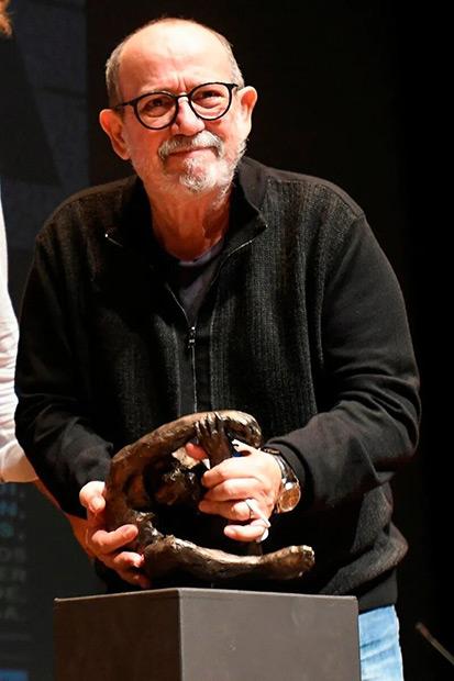 Silvio Rodríguez recibe el premio Leteo, que le concedió el club cultural del mismo nombre en su decimonovena edición, en reconocimiento a toda su trayectoria, este lunes en el Auditorio Ciudad de León. © EFE J.Casares