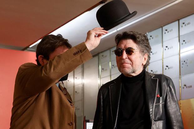 Luis García Montero le pone el bombín a Joaquín Sabina. © Juan Carlos Hidalgo